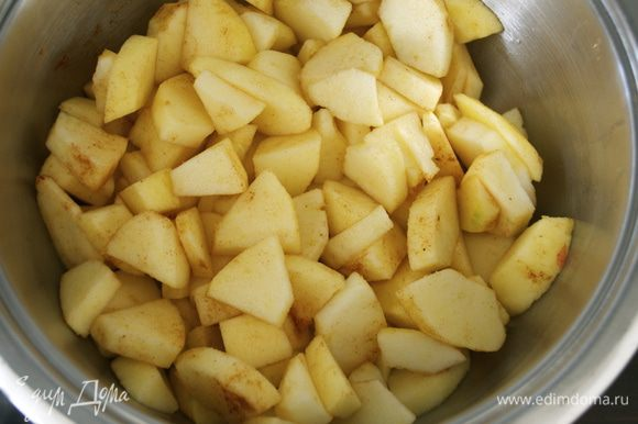 Положите яблоки в кастрюлю. Добавьте яблочный сок и специи. Накройте крышкой и тушите 10 минут на несильном огне.