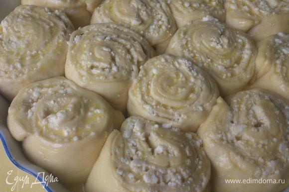 Смазываем верх пирога и выпекаем 34-40 минут при 200С