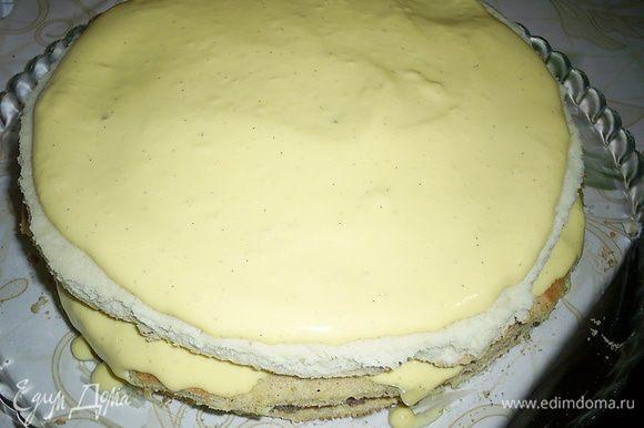 Оставшееся крем-брюлле распределяем по бисквиту. Теперь нашу заготовку помешаем в морозилку. К следующему этапу можно будет перейти, когда все слои немного схватятся.