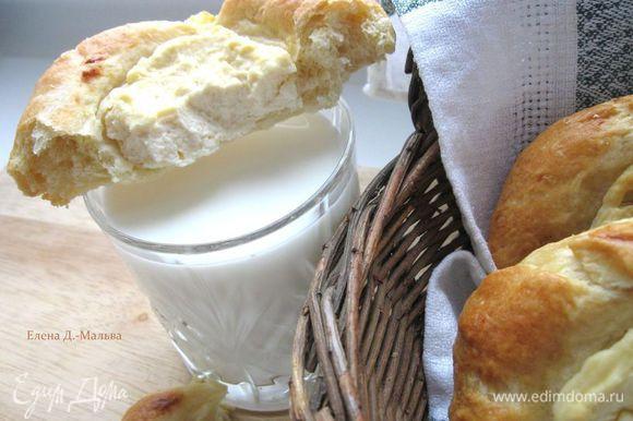 Готовые ватрушки сбрызнуть водой и положить под полотенце. Очень вкусно к горячим ватрушкам подать стакан прохладного молока. Приятного аппетита!