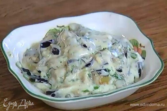Обжаренные баклажаны нарезать тонкими полосками и добавить в салатницу с соусом.