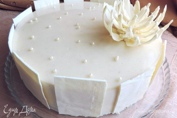 Украшаем торт заранее приготовленным шоколадным декором и съедобными жемчужинками. Как сделать украшения для торта смотрим здесь http://www.edimdoma.ru/club/posts/15056.