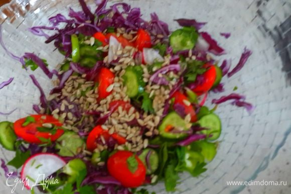 Режим все овощи в глубокую миску и посыпаем семечками.