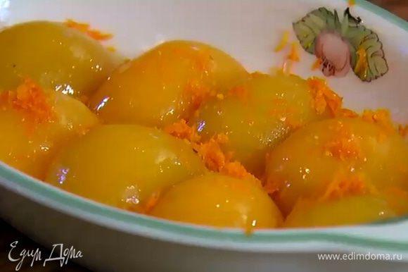 Полить персики 2 ст. ложками апельсинового сока, посыпать натертой цедрой.