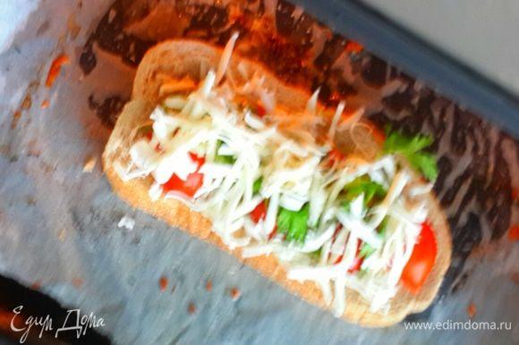 В разогретую духовку на протвень застеленный бумагой выкладываем бутерброд. Запекаем 5-7 мин на 220 градусов. Я поставила высокую температуру так как времени было мало, но и при 180 у вас получиться вкусная закуска.