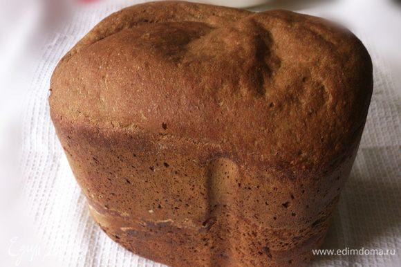 Признаюсь честно, обычно этот хлеб так высоко не поднимается. Просто в этот раз у меня не хватило ржаной муки и я добавила вместо нее цельнозерновую)). Остудить хлеб на решетке. Полотенцем я не накрываю, чтобы насладиться хрустящей корочкой.