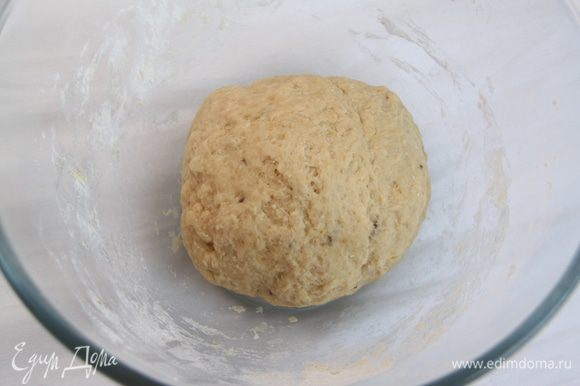 Замесить тесто и оставить в тёплом месте на подъём на 1 час.