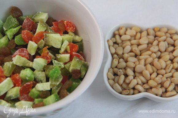 Отмерить цукаты, изюм и орехи.