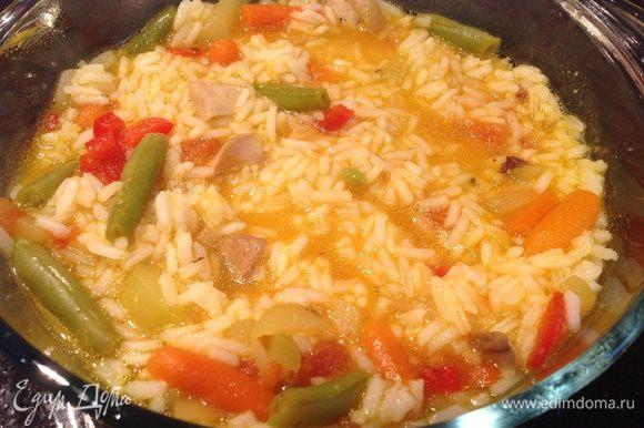 В огнеупорной форме смешать рис, овощи и грибы. Посолить, приправить перцем. Шафран развести в 1 ст горячей воде. Залить шафрановой водой плов, накрыть крышкой, поставить в духовку томится на 20-25 минут.