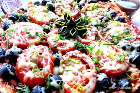Украшаем оливками и зеленью порея.