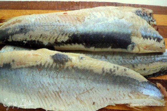 Селедку почистить от кожицы и разделать на филе. Затем порезать кусочки шириной 1-1.5 см.