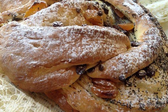 Готовому пирогу дать остыть, и затем посыпать сахарной пудрой. Или можно полить глазурью.
