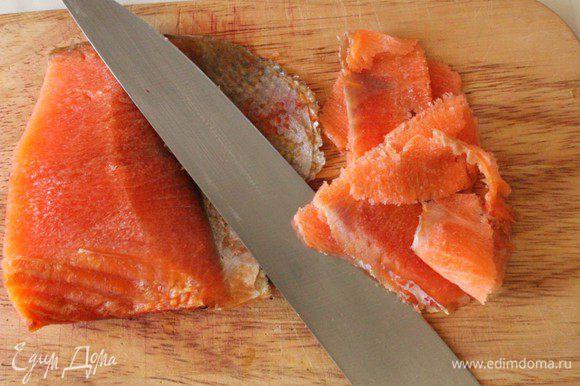 Рыбу нарезать тонкими пластиками. Это будет легче сделать, если рыба слегка подморожена.