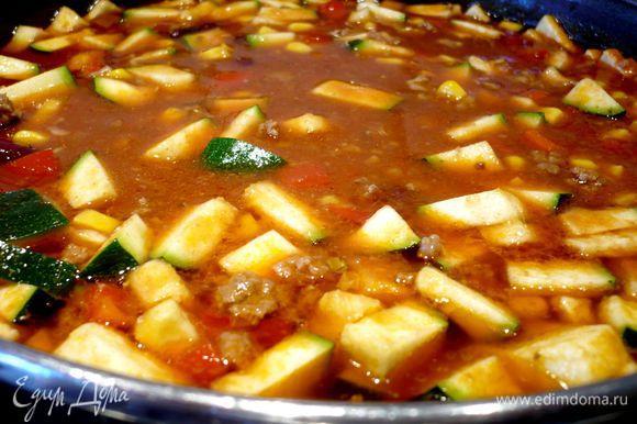 Введем пасту в суп, добавим порезанные небольшим кубиком цукини и паприку, а также фасоль и кукурузу (и то и другое без жидкости) и остальные томаты. Перемешаем и поварим еще 15 минут.