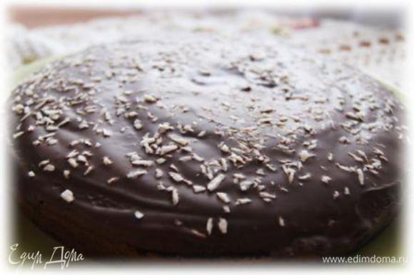 Готовый кекс покрыть шоколадной глазурью, посыпать кокосовой стружкой.