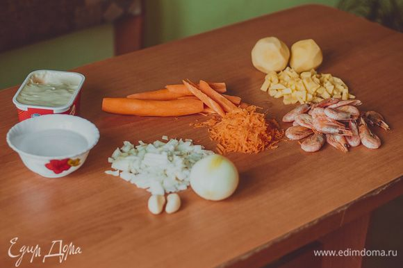 Итак в подготовленный куриный бульон отправляем нарезанную картофель, солим и варим до готовности. В это время обжариваем лук с морковью 3-5 мин, не допускайте зажаривания, всё должно стать чуть мягче. Когда свариться картофель, добавляем туда обжарку , снимаем на время с огня и отправляем в блендер . Затем опять ставим на огонь и добавляем сыр равномерно помешивая до полного растворения. Затем , отправляем заранее отваренные и очищенные креветки (со специями , травами и солью)