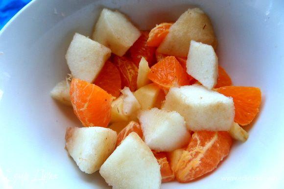 Разные кусочки фруктов насыпаем в пиалку...