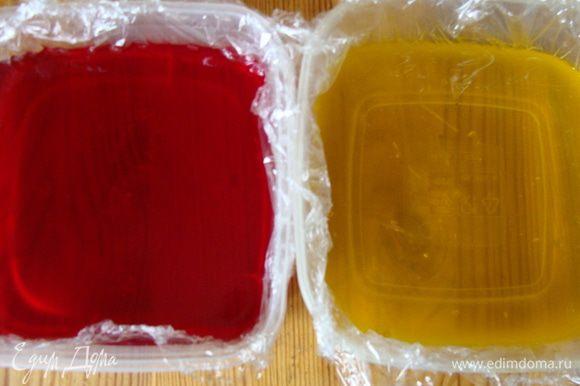 Развести 20 г желатина в 200 г воды, дать набухнуть. Добавить оставшуюся воду и сахарный песок, поставить на медленный огонь. Постоянно помешивать до полного растворения, до кипения не доводить. Снять с огня, добавить ванилин, остудить до комнатной температуры. Разлить желатин в две баночки, в одну добавить красный краситель, в другую желтый. Формы выложить пищевой пленкой и разлить желатин. Поставить в холодильник до полного застывания, лучше на ночь.