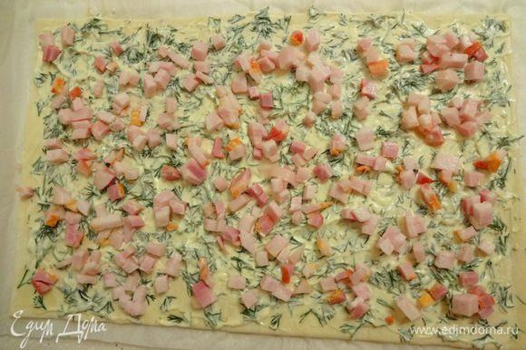 На размороженное тесто выложить уроп с майонезом, разровнять и равномерно выложить бекон.