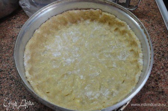 Форму для запекания смазать маслом и выложить в него раскатанное тесто, формируя бортики.