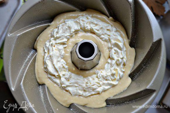 Выложить половину теста в большую форму для кекса. Сверху выложите сливочный сыр, не доходя до стенок формы по 1- 1,5 см.