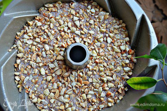 После этого выложите остальное тесто, равномерно распределяя до стенок формы. Сверху посыпьте ореховой смесью, слегка придавливая орехи в тесто.