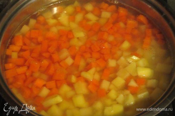 Картофель и морковь нарезать кубиками и отварить в кипящей подсоленной воде 15 минут. Откинуть на дуршлаг.
