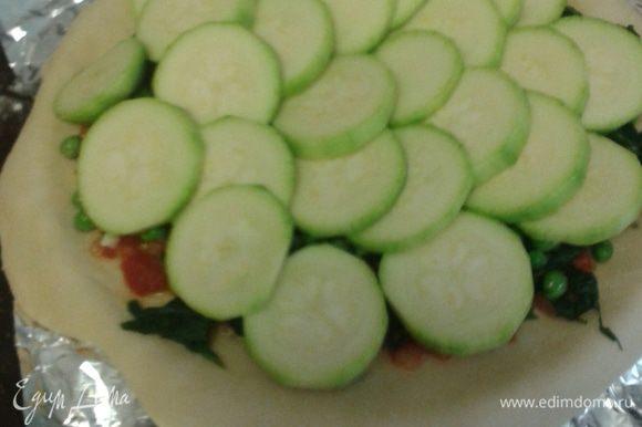 Кабачок почистить, нарезать кольцами. Помидор помыть, нарезать дольками. Маслины и оливки отделить от косточки, разрезать пополам. Далее выкладываем кабачок, помидоры, оливки, маслины.