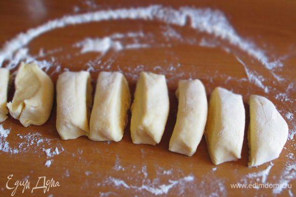 На присыпанной мукой рабочей поверхности сформировать колбаску и разделить её на 8 равных частей.