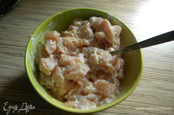 Кур. филе моем, режем небольшими кусочками, солим, перчим по вкусу, чеснок, сметану.