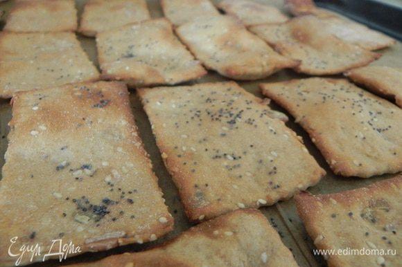 Переложите на противень и выпекайте в разогретой духовке 10-15 мин. После чего выключите огонь и оставьте противень в духовке до остывания, чтобы хлебцы хорошо подсушились.