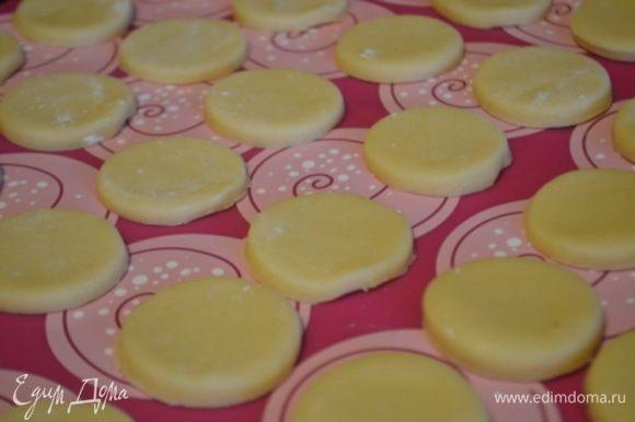 Выложить заготовки на противень с силиконовым ковриком или бумагой для выпечки. Выпекать 10-12 минут, не больше при 180 гр. Готовое печенье надо полностью остудить.