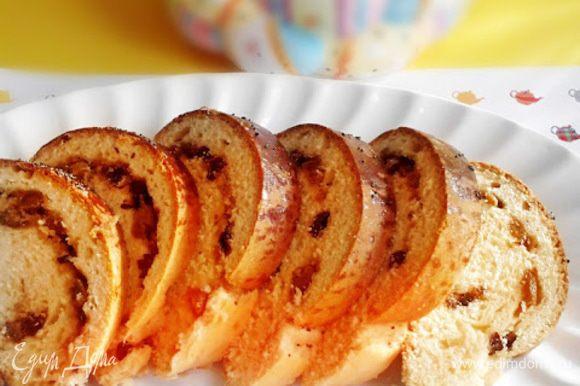 Делим тесто на 4 части и аккуратно раскатываем овальные лепешки. Выкладываем начинку (сахар+ изюм+ молотые грецкие орехи), заворачиваем в рулет. Оставляем на полчаса.
