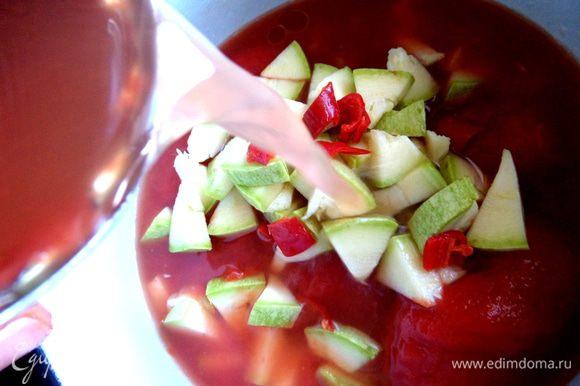 Воду я налила сразу горячую в банку из-под томатов и вылила в кастрюлю.