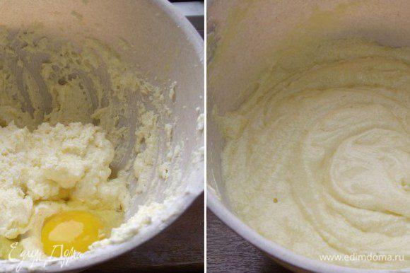 Разогреть духовку до 170 С°. В форму для капкейков положить бумажные формы — чашечки. В миску миксера положить масло комнатной температуры и сахар. Взбить всё на высокой скорости (примерно 6 мин.) до легкой и пушистой консистенции. Добавить яйца, по одному за раз, взбивая несколько минут после каждого добавления. Добавить ванильный экстракт.