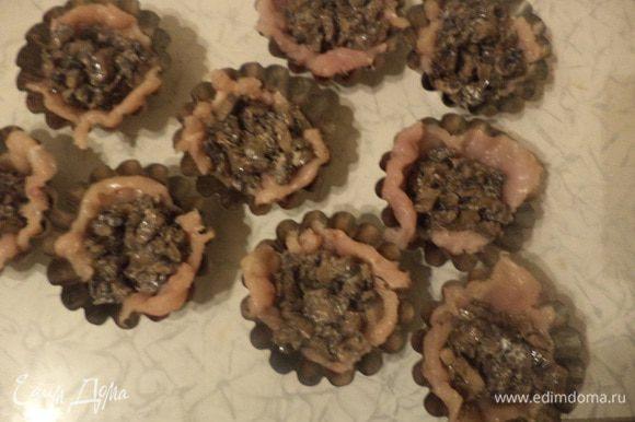 Каждую форму наполнить грибной начинкой.