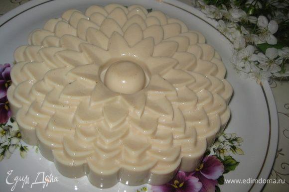 Для извлечения десерта из формы, в миску наливаем горячую воду, опускаем форму на пару секунд и переворачиваем бланманже на блюдо. Украшаем тертым шоколадом. Bon appetit!