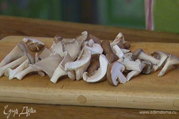 Все грибы разрезать на 4 части.