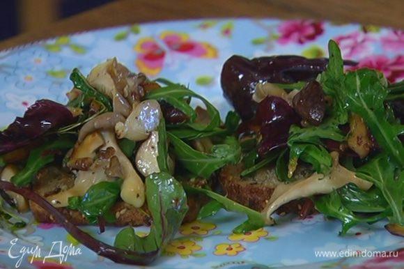 Добавить в салат горячие грибы, все перемешать.