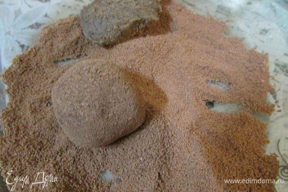Теперь можно брать кусочки чайной ложечкой и руками формовать шарики, которые затем запанировать в какао-порошке. Лучше, если руки во время этой операции будут холодными, также удобно использовать тонкие латексные перчатки. Чтобы избежать таяния шоколадной массы в руках, можно положить чайные ложки в морозилку, доставать ими ганаш и сразу же бросать в миску с какао, обваливать и потом катать шарики - так получается очень ровно и не липнет к рукам.
