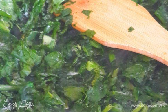 На сковородку наливаем масло. Выкладываем шпинат и лук и жарим до готовности. Посыпаем чесночной солью.