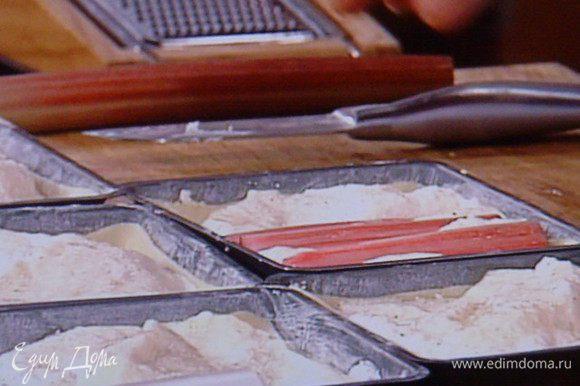 Творожный крем выкладываем на тесто, сверху бруски ревеня,