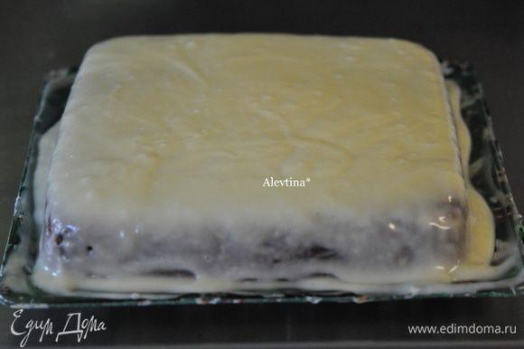 Приготовим глазурь. Смешать сливочный размягченный сыр на средней скорости с сахарной пудрой и ванильным экстрактом до однородной массы. Покрыть кекс остывший сахарной глазурью. Дать постоять несколько минут.