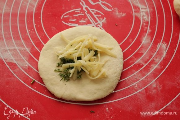 Раскатать каждый кусочек, положить натертый сыр с укропом.