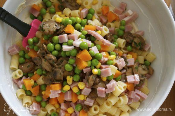 Выложить в салатницу макаронно-овощную смесь с грибами и ветчиной. Хорошо все перемешать.