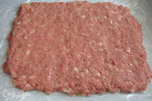 Мясной фарш выложить на пленку и придать ему форму прямоугольника.
