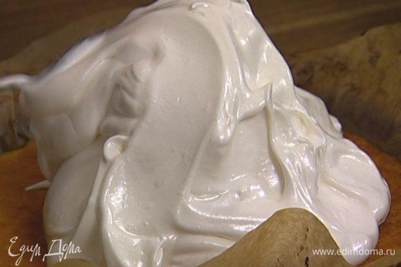 Сверху поместить взбитые белки таким образом, чтобы все мороженое было покрыто белковой массой.
