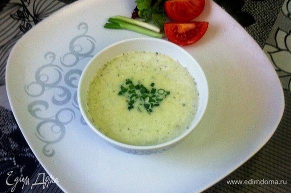 Подавать на стол можно как в теплом, так и в охлажденном состоянии, украсив мелко нарубленным зеленым луком.