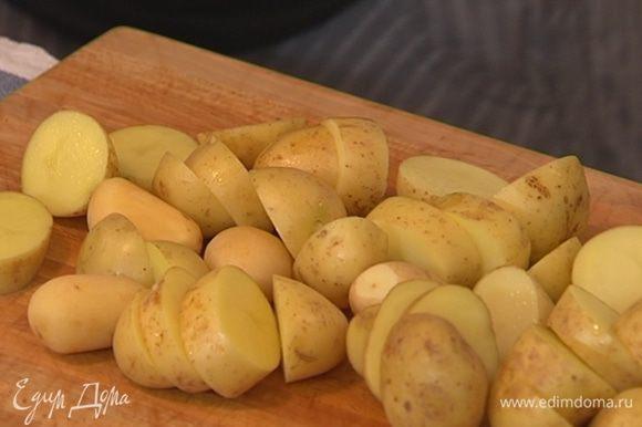 Картофель хорошо промыть, большие клубни нарезать крупными кусочками, маленькие оставить целиком.