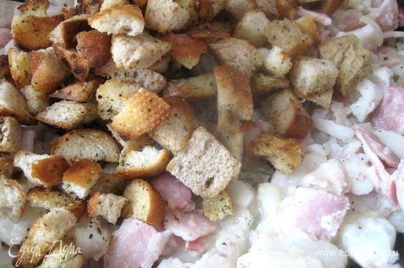 Добавить рыбу и подержать 3 минуты на сковороде на маленьком огне, помешивая, для объединения вкусов. Поместить к смеси сухари.